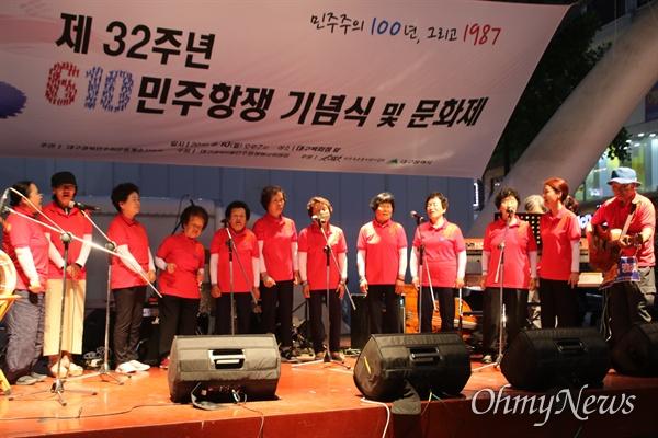 6.10항쟁 32주년 기념식이 대구백화점 앞에서 열린 가운데 사드가 배치된 경북 성주군 소성리 주민들이 함께 노래를 부르며 평화를 외쳤다.