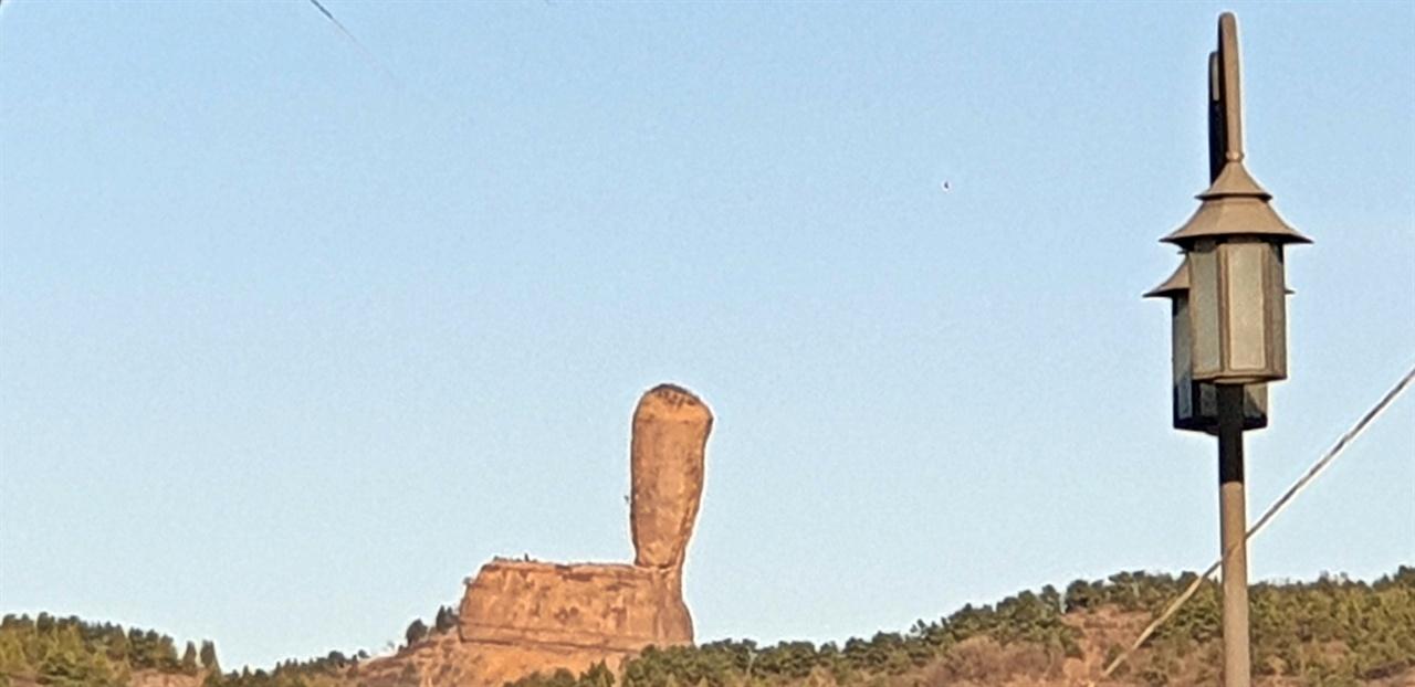 경추봉(磬?峰)  청더의 랜드마크로 어디서나 우뚝 솟은 모습이 보인다.  하부 직경 10,7미터, 상부 직경 15.04미터, 높이 38.29미터에 중량은 16,200톤으로 추정되는 거대한 바위기둥이다.
