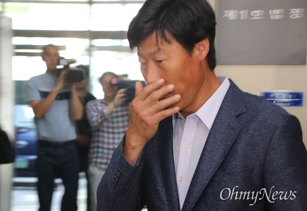 해외연수 도중 현지 가이드를 폭행해 기소된 박종철 전 예천군의원이 11일 오전 벌금형을 선고받은 뒤 황급히 법정을 빠져나가고 있다.