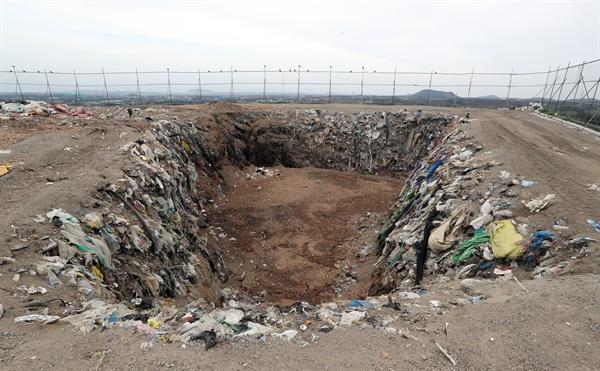 제주 땅에 매립되는 쓰레기 14일 제주시 회천동 제주회천매립장에 쓰레기가 매립돼 있다.