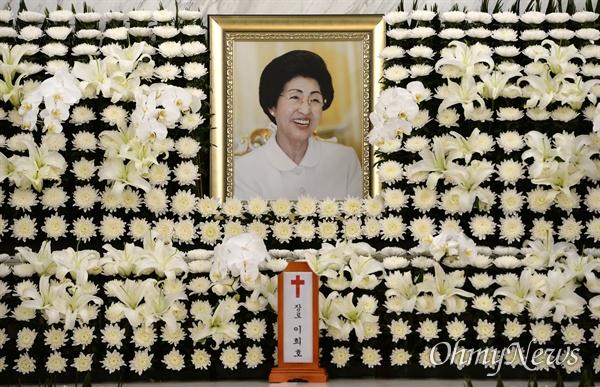 11일 오전 서울 서대문구 신촌동 세브란스병원 장례식장에 마련된 이희호 여사의 빈소를 찾은 조문객이 조문하고 있다.