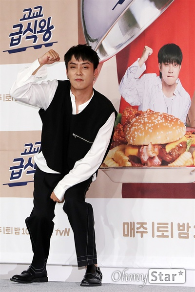 '고교급식왕' 은지원, 초딩입맛왕! 방송인 은지원이 11일 오전 서울 마포구의 한 호텔에서 열린 tvN 고등셰프들의 급식 레시피 대항전 <고교급식왕> 제작발표회에서 포토타임을 갖고 있다. <고교급식왕>은 요리에 관심 있는 고등학생들이 학교 급식 레시피를 직접 제안하고 경연을 벌이는 프로그램으로, 고등학생들의 아이디어에 백종원의 노하우가 더해진 백종원의 신개념 급식 프로젝트이다. 매주 토요일 오후 10시 50분 방송.