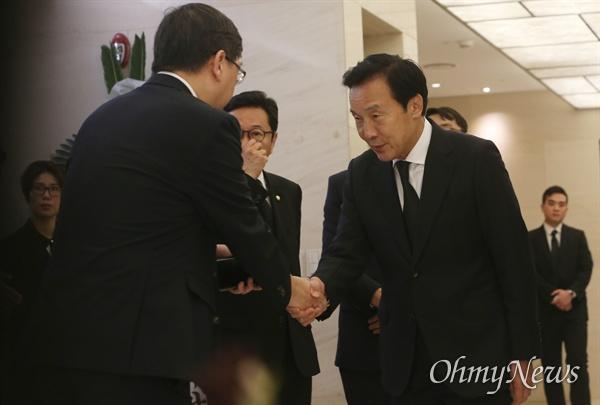 11일 오전 서울 서대문구 신촌동 세브란스병원 장례식장에 마련된 이희호 여사의 빈소를 찾은 손학규 바른미래당 대표가 유가족 김홍걸 씨와 인사를 나누고 있다.