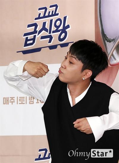'고교급식왕' 은지원, 초딩급식왕! 방송인 은지원이 11일 오전 서울 마포구의 한 호텔에서 열린 tvN 고등셰프들의 급식 레시피 대항전 <고교급식왕> 제작발표회에서 포토타임을 갖고 있다. <고교급식왕>은 요리에 관심 있는 고등학생들이 학교 급식 레시피를 직접 제안하고 경연을 벌이는 프로그램으로, 고등학생들의 아이디어에 백종원의 노하우가 더해진 백종원의 신개념 급식 프로젝트이다. 매주 토요일 오후 10시 50분 방송.