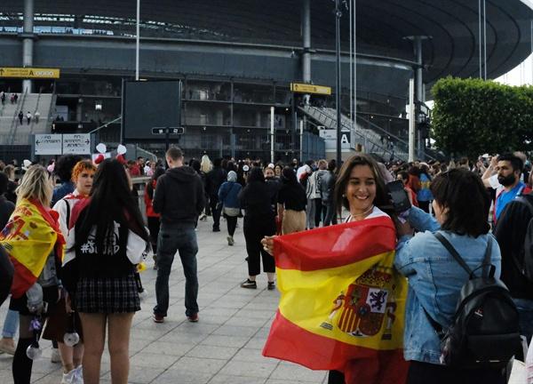 파리서 스페인 국기 몸에 두른 BTS 청소년 팬 8일 오후(현지시간) 프랑스 파리 교외의 대형 경기장 스타드 드 프랑스 앞에서 케이팝 그룹 방탄소년단(BTS)의 콘서트를 기다리는 스페인 청소년 팬이 자국 국기를 등에 두르며 엄마와 이야기를 나누고 있다.