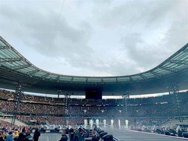 프랑스 파리 스타드 드 프랑스(Stade de France)에서 '러브 유어셀프 : 스피크 유어셀프'(LOVE YOURSELF : SPEAK YOURSELF) 공연을 펼친 방탄소년단의 모습.