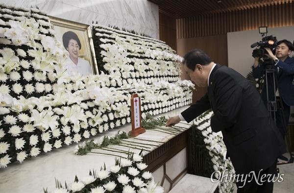 문희상 국회의장이 11일 오전 서울 서대문구 신촌세브란스병원 장례식장에 마련된 고 이희호 여사의 빈소에 헌화를 하고 있다.