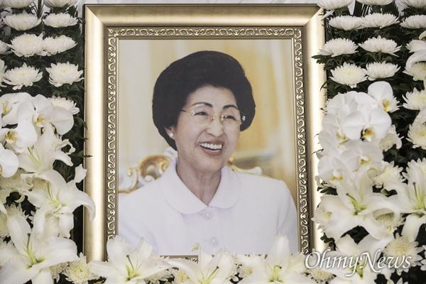 11일 오전 서울 서대문구 신촌세브란스병원 장례식장에 고 이희호 여사의 빈소가 마련되어 있다.