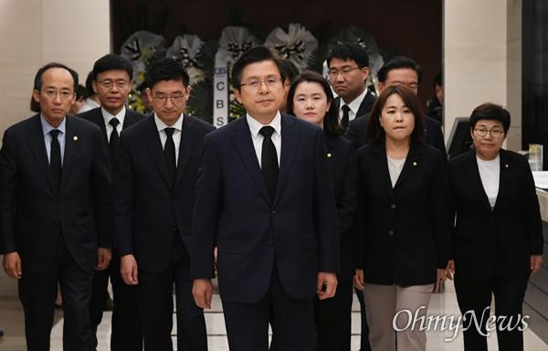 황교안 자유한국당 대표 및 지도부들이 11일 오전 서울 서대문구 신촌세브란스 병원 장례식장에 마련된 고 이희호 여사의 빈소로 향하고 있다.