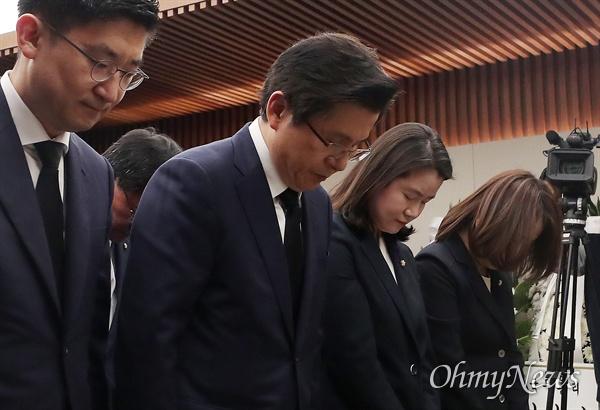 황교안 자유한국당 대표가 11일 서울 서대문구 신촌 세브란스 병원 장례식장에 마련된 고 이희호 여사 빈소를 찾아 조문하고 있다.