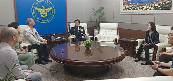 황운하 대전청장이 11일 오전 임시정부 경무국장을 지낸 '강산 김용원' 선생의 후손들을 만나 대전경찰청에서 선생이 추모식을 개치하게 된 배경을 설명하고있다.