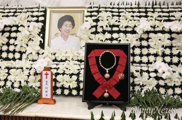 11일 서울 서대문구 세브란스병원 장례식장에 마련된 이희호 여사의 빈소 제단에 무궁화대훈장이 놓여있다.