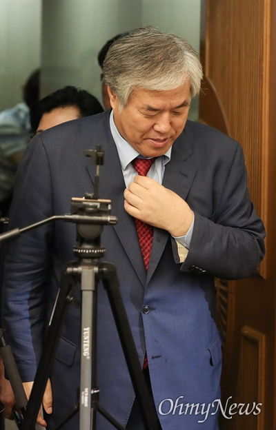 전광훈 한국기독교총연합회 대표회장이 11일 오후 서울 중구 프레스센터에서 기자회견을 열고 문재인 대통령 하야를 촉구했다.