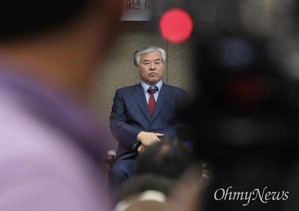 전광훈 한국기독교총연합회 대표회장이 11일 오후 서울 중구 프레스센터에서 기자회견을 열고 문재인 대통령 하야를 촉구 하고 있다.