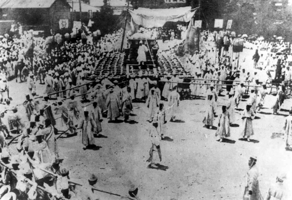 1926년 6월10일 순종 상례가 덕수궁 대한문을 출발하고 있다.