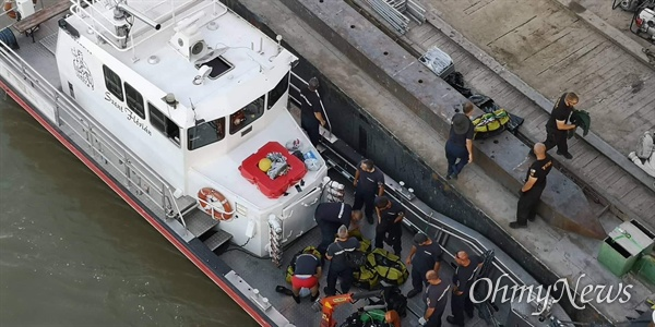 11일(현지시각) 헝가리 부다페스트 다뉴브강에 침몰한 허블레아니 유람선 인양작업이 벌어지고 있다.