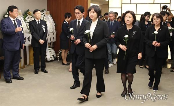 이정미 대표 등 정의당 의원들이  11일 오후 서울 신촌 세브란스장례식장에 마련된 고 이희호 여사 빈소를 찾아 조문하고 있다.