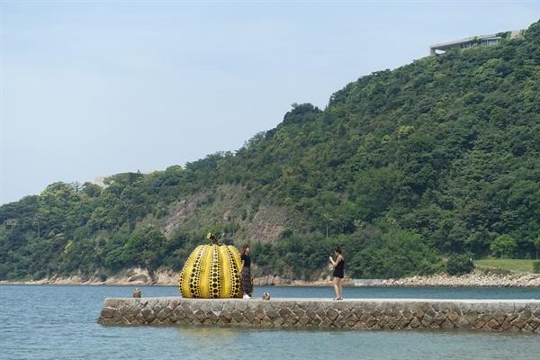 예술섬으로 재탄생한 일본 나오시마섬의 풍경.