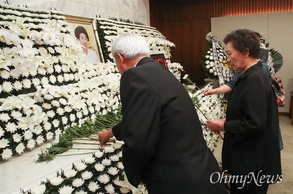 이한열 열사의 어머니 배은심씨가 11일 오후 서울 서대문구 신촌세브란스 병원 장례식장에 마련된 고 이희호 여사의 빈소로 찾아 조문하고 있다.