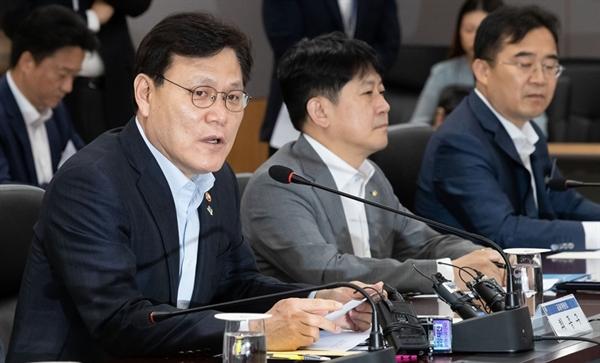 최종구 금융위원장이 11일 서울 종로구 금융위원회 대회의실에서 열린 '금융그룹 CEO(최고경영자)?전문가 간담회'에서 모두발언을 하고 있다.