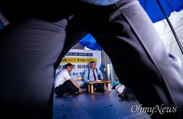 전광훈 한국기독교총연합회 대표회장이 11일 오후 서울 종로구 청와대 인근에서 '문재인 대통령 하야 촉구' 1일 릴레이 단식에 돌입하고 있다.