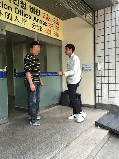 A씨에게 휴식 시간이 주어지자 그는 아들을 만나러 현관 앞으로 나왔다.