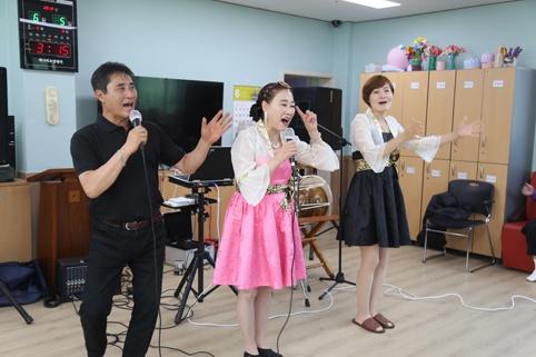 와와봉사단이 지난 5일 개나리요양센터에서 음악봉사를 펼쳤다.