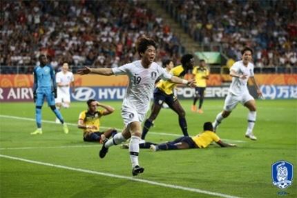 대한민국-에콰도르 골을 넣고 기뻐하는 최준