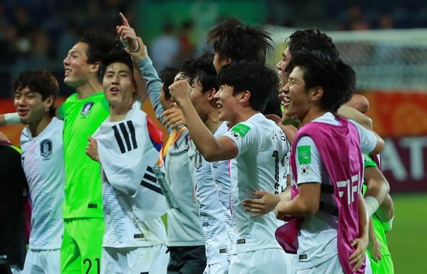 11일 오후(현지시간) 폴란드 루블린 경기장에서 열린 2019 국제축구연맹(FIFA) 20세 이하(U-20) 월드컵 4강전 한국과 에콰도르의 경기가 1-0 한국의 승리로 끝나며 결승 진출이 확정된 뒤 U-20 대표팀 이강인(오른쪽)이 팀 동료들과 어깨동무를 한 채 관중석을 향해 서서 위아래로 뛰며 '오, 필승코리아!' 구호를 외치고 있다. 2019.6.12