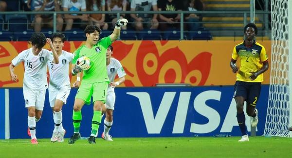 11일 오후(현지시간) 폴란드 루블린 경기장에서 열린 2019 국제축구연맹(FIFA) 20세 이하(U-20) 월드컵 4강전 한국과 에콰도르의 경기. 후반 한국 이광연 골키퍼가 에콰도르 진영으로 향하는 공격수들을 바라보며 수신호를 하고 있다. 2019.6.12