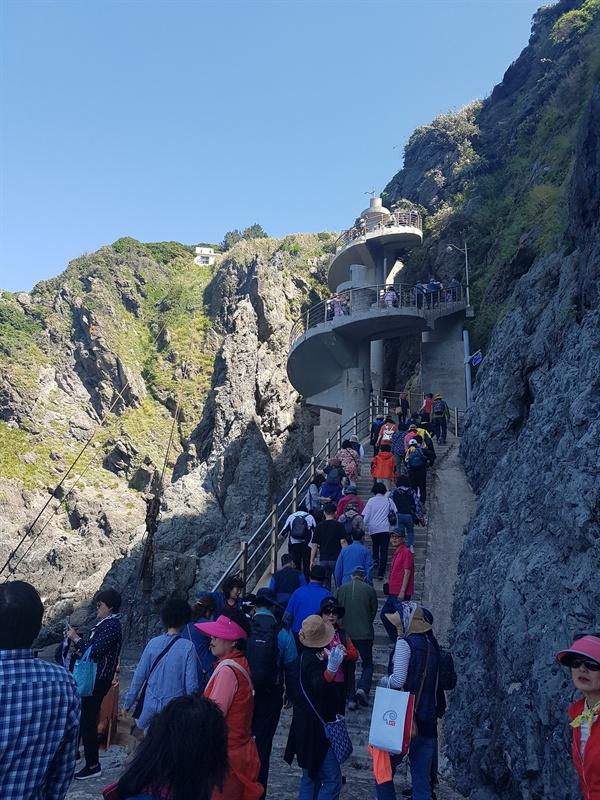 섬의 유일한 진입로인 나선형계단이 있다. 계단 수가 365개나 되어 오르는데 좀 힘이 든다. 일명 달팽이계단이다.