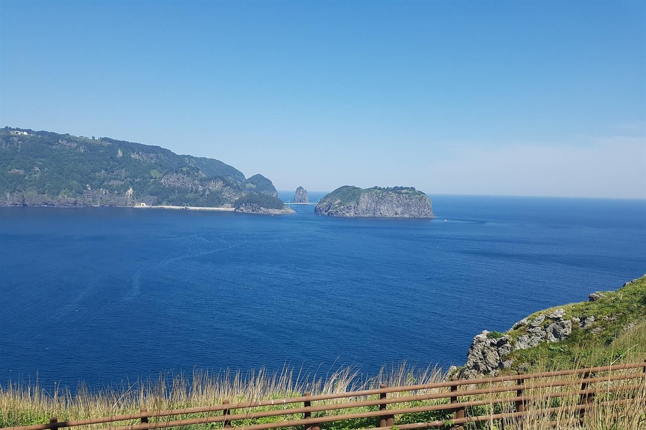 죽도 전망대에 바라본 울릉도 바다. 가까이 보이는 삼선암과 관음도 풍광이 너무 아름답다.
