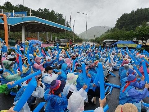 지난 7일, 톨게이트 노동자들이 충북 연풍 톨게이트에 집결해 집회를 하고 있다.