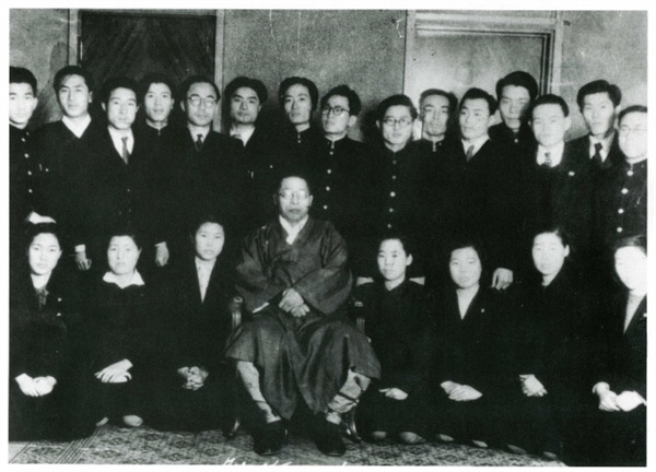 이희호 여사 생애사진 100선 이희호 여사가 1947년 12월 13일 '면학동지회' 결성 직후 경교장을 방문하여 김구 선생님과 사진을 찍다.  (앞줄 왼쪽 둘째가 이희호)