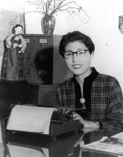 이희호 여사 생애사진 100선 1959년 대학 YWCA연합회 초대 총무 시절의 이희호 여사.