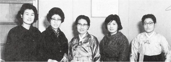 이희호 여사 생애사진 100선 이희호 여사가 1960년 60년대 말 여성문제연구회 회원들과 함께 사진을 찍었다. (가운데 공동창설자인 황신덕)