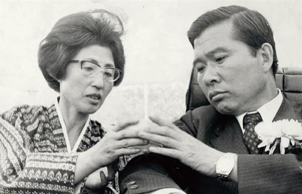 이희호 여사 생애사진 100선 이희호 여사가 1971년 남편 김대중의 제7대 대통령 선거 출마 당시 유세장에서 음료를 건네고 있다.