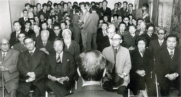 이희호 여사 생애사진 100선 1974년 11월 27일 서울 종로5가 기독교회관에서 종교계, 학계, 정계, 언론계, 법조계를 망라한 각계 인사 71명이 모인 가운데 민주회복국민회의 발족식이 열려 김대중-이희호 부부도 참석했다