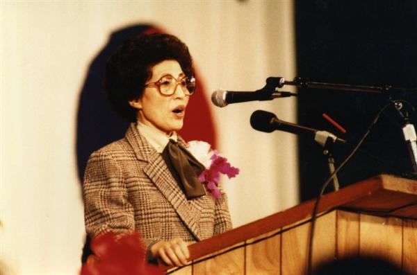 이희호 여사 생애사진 100선 이희호 여사가 1985년 1월 19일 미국 망명생활을 마치고 한국으로 돌아가기 전 LA고별강연에서 고별인사를 하고 있다.