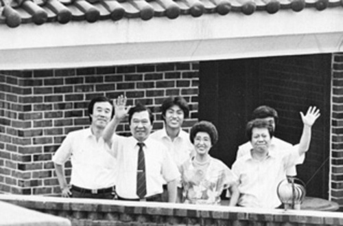 이희호 여사 생애사진 100선 1987년 6.10 시민항쟁 당시 동교동에 갖혀 있었다. 김대중 전 대통령, 이희호 여사가 비서들과 함께 장독대에 올라 담장 밖 시민들을 환영했다.