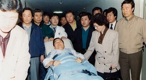 이희호 여사 생애사진 100선 1990년 10월 김대중 전 대통령이 지방자치제 실시 이행을 걸고 단식투쟁을 벌이다 이상증세를 보이자, 이희호 여사 등 가족과 측근들이 신촌 세브란스 병원으로 옮기고 있다.