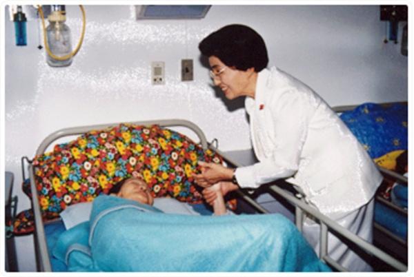 이희호 여사 생애사진 100선 이희호 여사가 2000년 5월 영부인으로는 처음으로 소록도를 방문에 한센인을 위로했다.