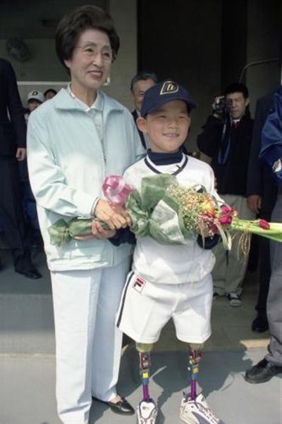이희호 여사 생애사진 100선 이희호 여사가 2001년 4월 프로야구 개막전에서 미국 L.A에서 만난 의족소년 애덤킹과 시구자로 나섰다.