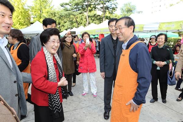 이희호 여사 생애사진 100선 이희호 여사가 2013년 사랑의 친구들 바자회 참석했다. 오른쪽은 박원순 서울시장.