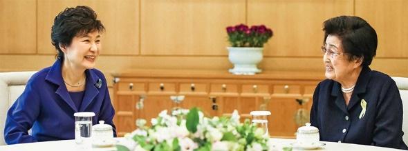 이희호 여사 생애사진 100선 이희호 여사가 2014년 10월 24일 청와대 환담을 통해 방북에 대한 의견을 박근혜 대통령에게 전하고 있다.