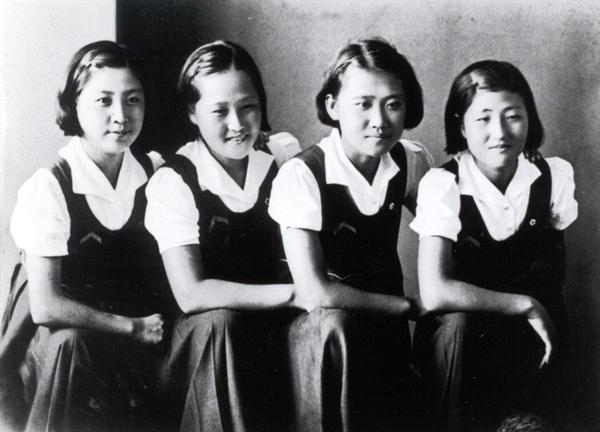 이희호 여사 생애사진 100선 이희호 여사의 1939년 세일러복에 단발머리를 한 이화여고 4학년 때의 모습. (맨 오른쪽이 이희호)