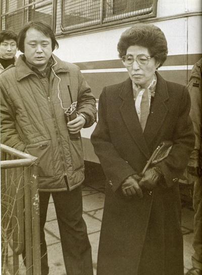 이희호 여사 생애사진 100선 1980년 남산(안기부)으로 끌려가서 고문받던 아들 김홍일이 구치소로 이감되어 이희호 여사가 면회를 가고 있다. (왼쪽에 있는 남자는 감시하는 기관원)