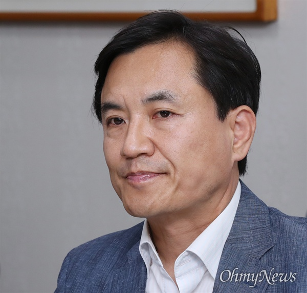 김진태 자유한국당 의원이 12일 오전 국회 의원회관에서 정치 현안 관련 기자간담회를 하고 있다.