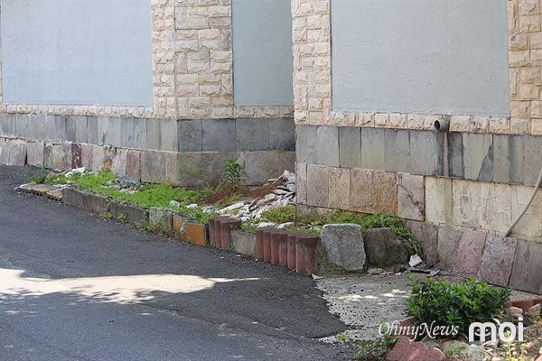 2016년 경주지진 당시 건물외벽에서 떨어진 타일 조각들이 아직도 바닥에 그대로 있는 모습