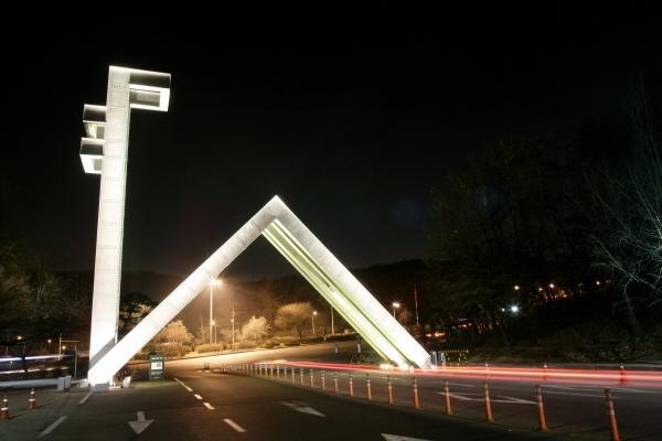 이른바 '명문대'에 최근 입학하는 학생들의 가장 주요한 공통점 중 하나는 '부유층 자녀'라는 점이다. 사진은 서울대 정문 야경.